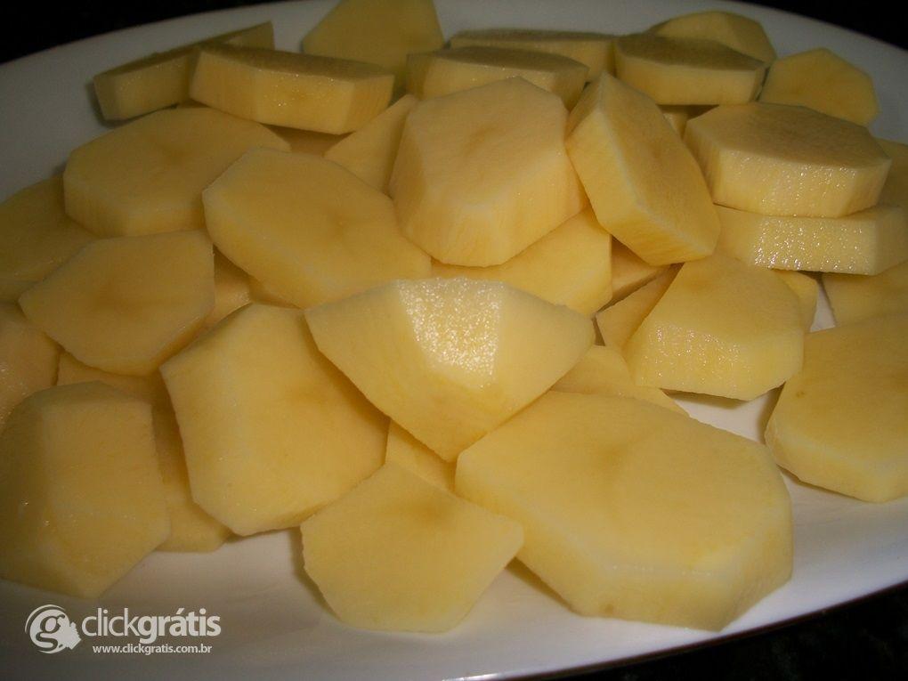 Passo 1 - Batatas Gratinadas com Creme de Leite Nestlé