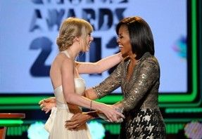 img-382817-michelle-obama-entrega-trofeu-para-taylor-swift