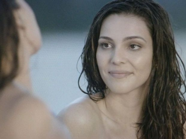 Novela 'Em Família': Marina (Tainá Müller) e Clara (Giovanna Antonelli) fazem topless na praia