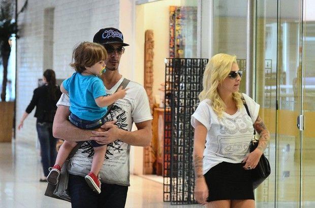Após ensaio com Vanessa, Clara (BBB14) é vista com marido e filho em aeroporto