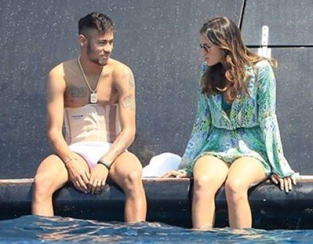 Bruna Marquezine e Neymar são tietados em Ibiza (Espanha) e jogador mostra cinta lombar