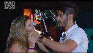 Gusttavo Lima beija fã na boca em BH - 21/07/2012