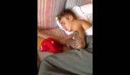Modelo publica vídeo com Justin Bieber dormindo