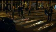 Artista usa mini projetor para mostrar sua criatividade nas ruas