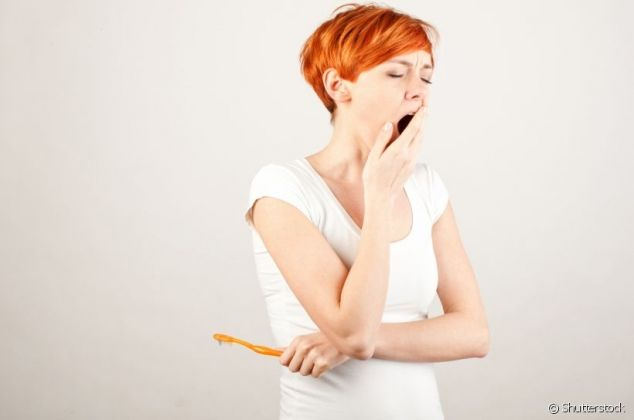 Dormir sem escovar os dentes é mais prejudicial do que você imagina