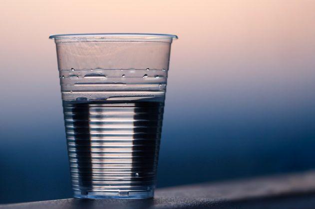 6 riscos que os copos de plástico causam à saúde e você provavelmente não sabia