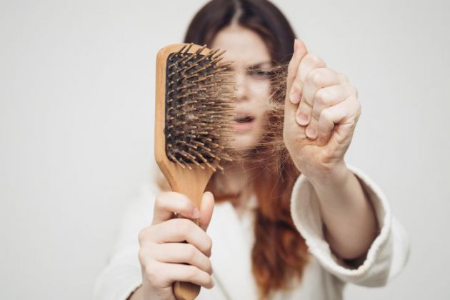 7 motivos pelos quais seu cabelo pode estar caindo