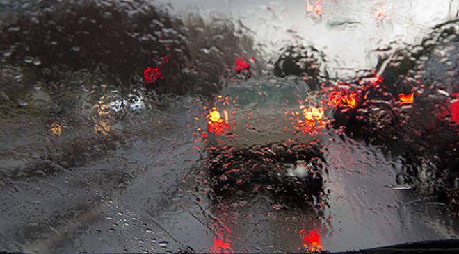 Saiba como dirigir com segurança na chuva