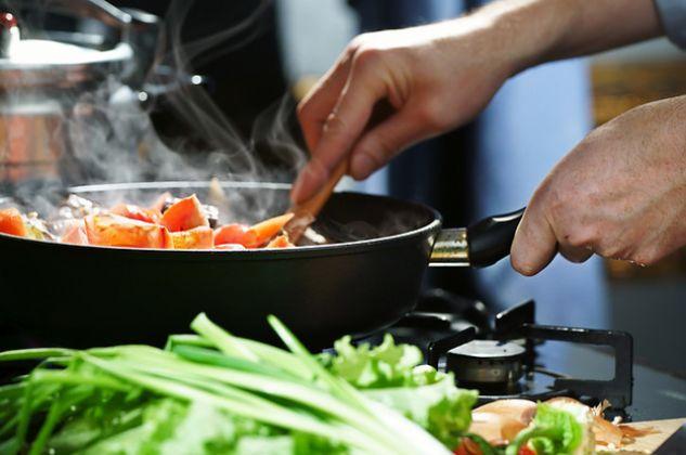 Dicas para evitar manchas na pele enquanto prepara alimentos