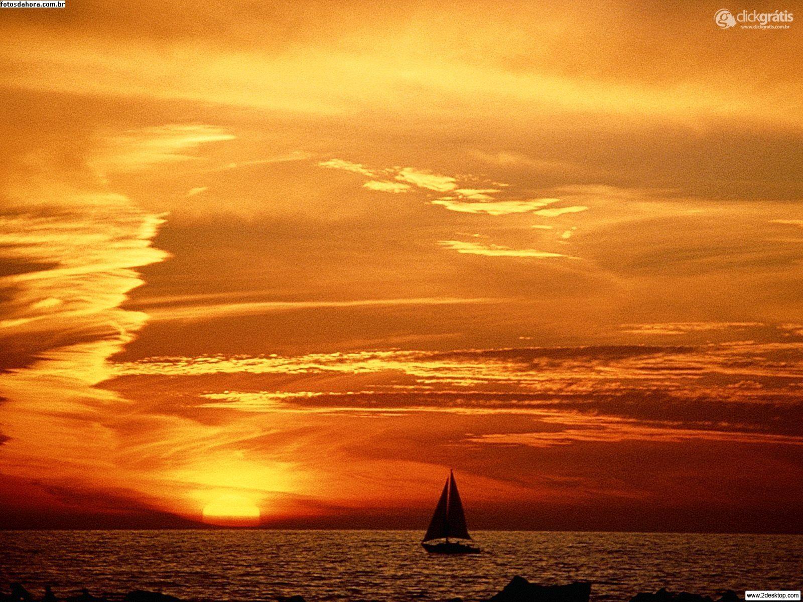 Barco no meio do oceano
