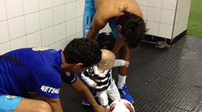 Neymar leva filho ao vestiário após vitória na Libertadores