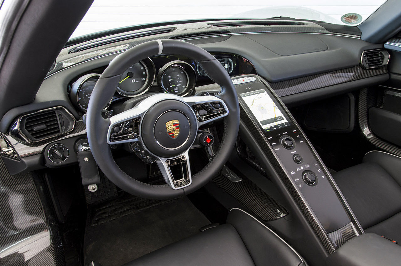Conhe a o interior dos carros mais caros e cobi ados do for Porsche 918 interieur