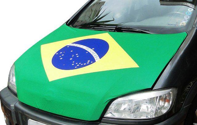 Colocar bandeira no capô do carro pode obstruir a entrada de ar