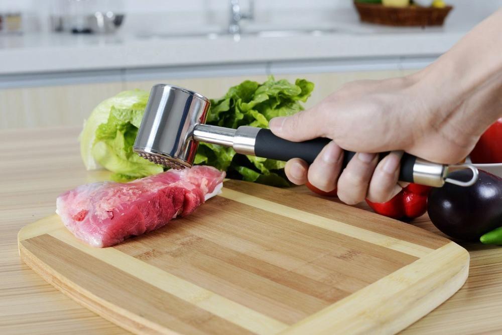 Bater bife com martelo torna a carne mais macia? Veja os mitos e verdades sobre culinária - ClickGrátis