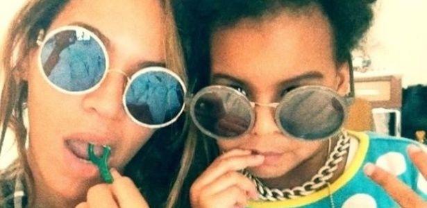 Beyonce e Blue Ivy passando fio dental