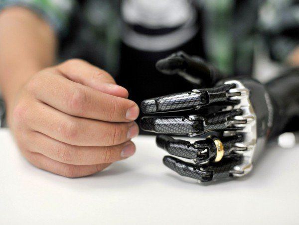 Prótese artificial para a mão