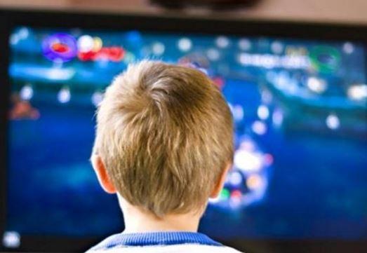 Ver TV de pertinho faz mal às vistas