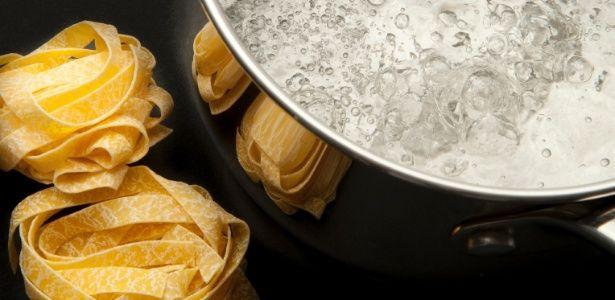 Óleo na água do cozimento evita que a massa grude?