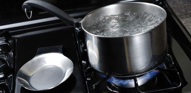 Acrescentar sal na água faz com que ela leve mais tempo para ferver?