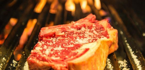 Selar a carne evita que ela perca seus sucos?