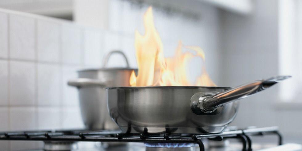Apagar fogo do óleo com água