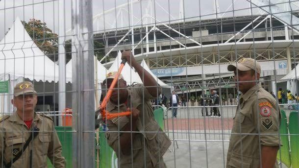 Organizadores que perderam a chave de um estádio